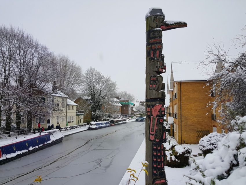 Snow on Berkhamsted totem pole covered